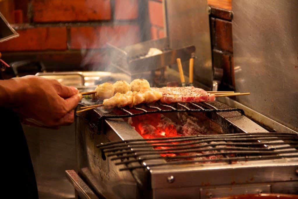 Yakitori über dem Grill