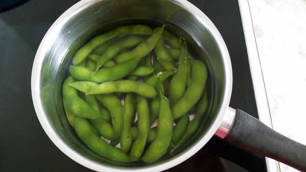edamame-mit-salz-schritt-2-bohnen-kochen