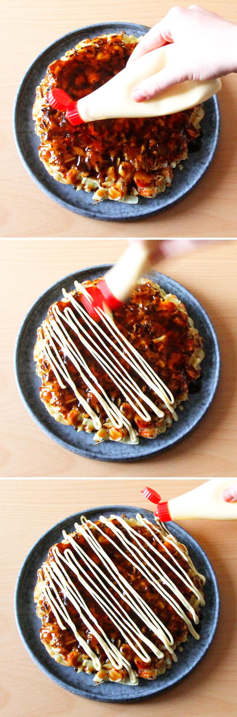 Grundrezept Okonomiyaki Schritt 9 Teig mit Mayonnaise verzieren