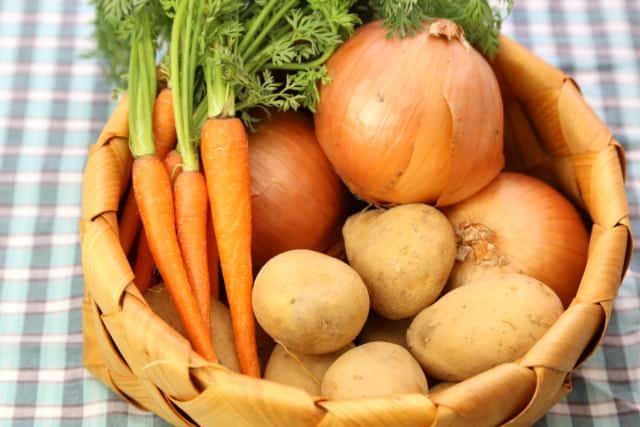 Japanisches Curry Die Grundlage für jedes japanische Currygericht Zwiebeln, Möhren und Kartoffeln.