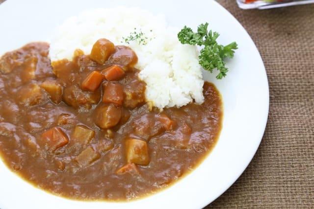 Ein typisch japanisches Curry wird mit dem Löffel gegessen.
