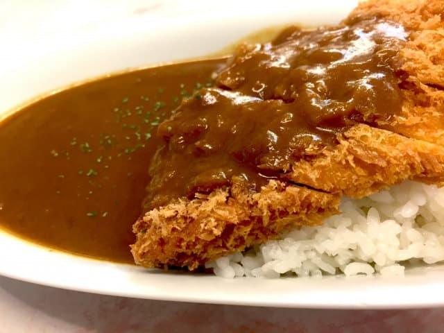 Ein dunkles, kräftiges Curry mit knusprigem Katsu-Schnitzel.