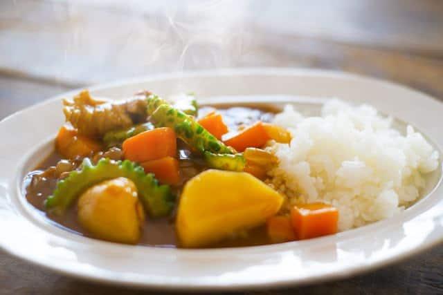 Vegetarisches Curry mit Bittermelone – typisch japanisch.