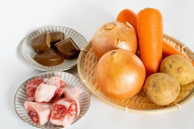 Curry besteht klassischerweise aus Fleisch, Gemüse und einem Currygewürz.
