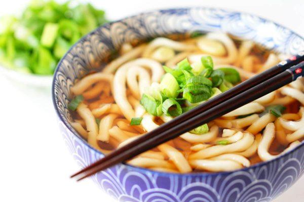 Schnelle Udon Nudelssuppe – mit Dashi & Frühlingszwiebeln