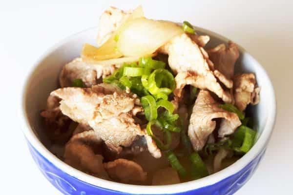 Gyudon mit Schweinefleisch und Zwiebeln in süßer Sauce
