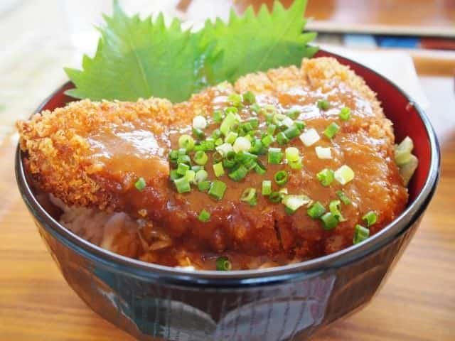 Donburi – Katsudon mit knusprigem Schweineschnitzel