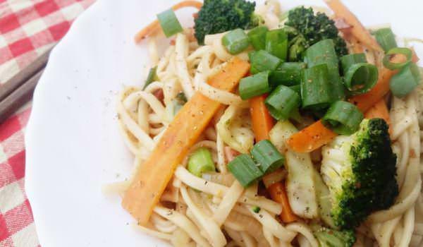 Yaki Udon mit gebratenem Gemüse