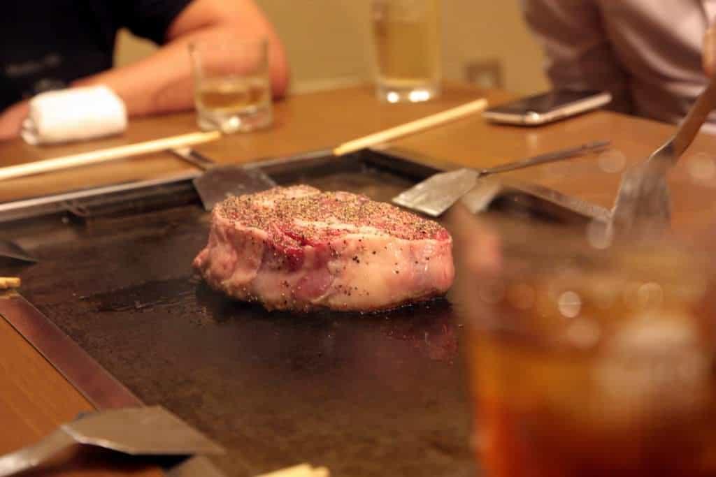 Auf dem Teppan werden die Teppanyaki-Gerichte gegrillt, hier Steak.