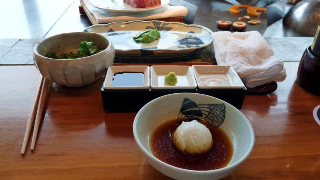 Ein typisches Teppanyaki-Menü besteht unter anderem aus Reis und verschiedenen Soßen.