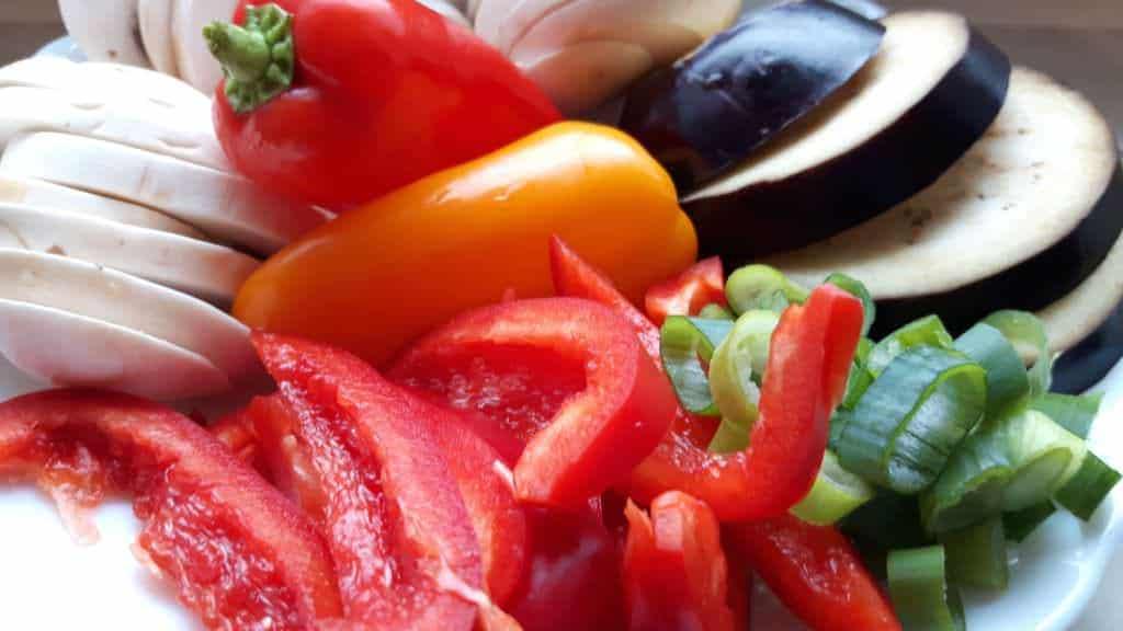 Frisches, klein geschnittenes Gemüse ist ein Muss auf dem Teppan.