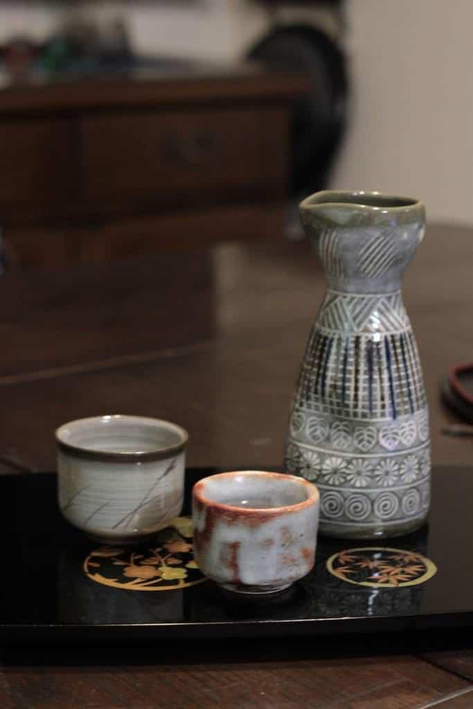 Hier ein Shuki (Sake-Set) mit einem Tokkuri (Flasche) und zwei Ochoko (Bechern).