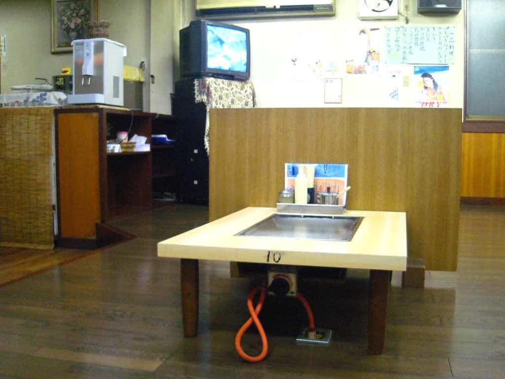 Im klassischen Teppanyaki-ya sitzen die Gäste um einen Tisch mit heißer Grillplatte herum.