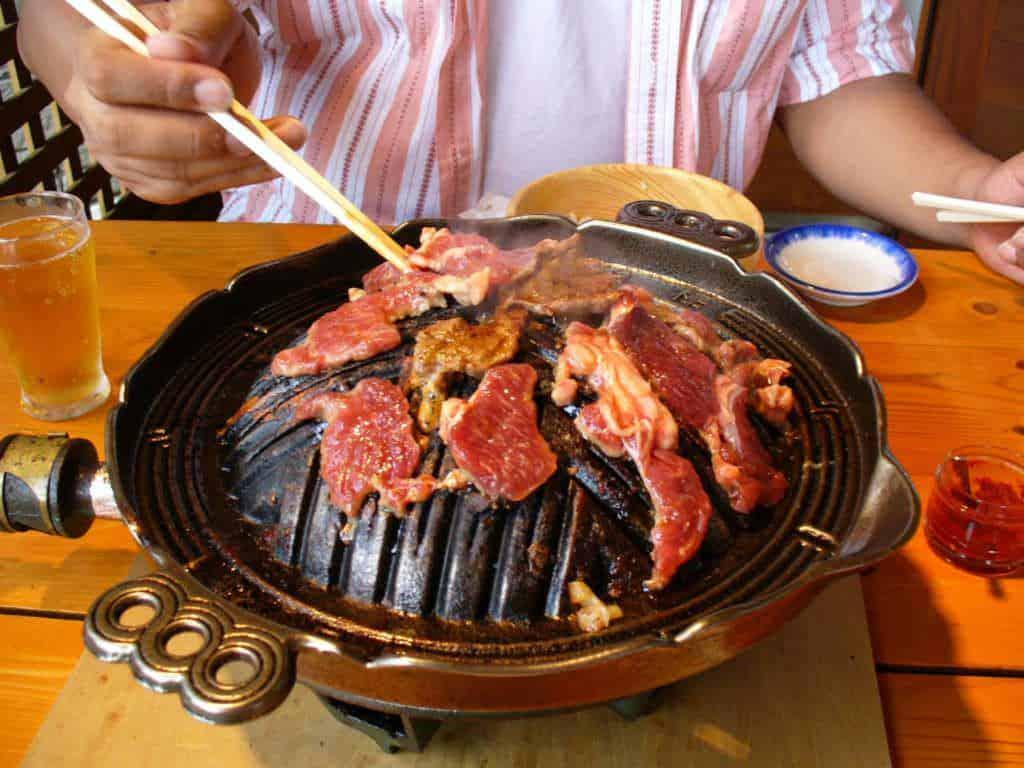 Jingisukan in Japan mit der typisch gewölbter Grillfläche.