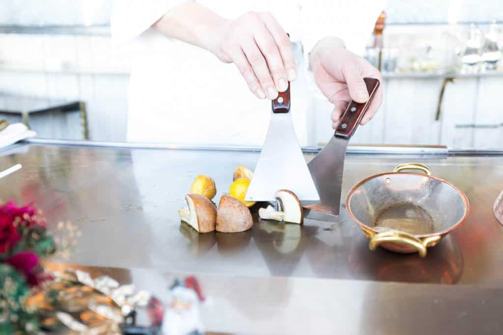 Mit den Spachteln werden Zutaten am Teppan zerkleinert.