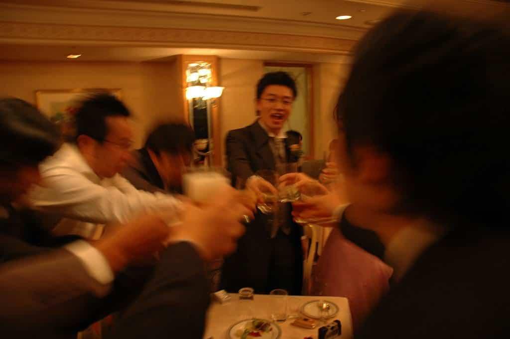 Nihonshu und Sake wird gerne unter Freunden und Kollegen getrunken – die Etikette ist trotzdem stets einzuhalten.