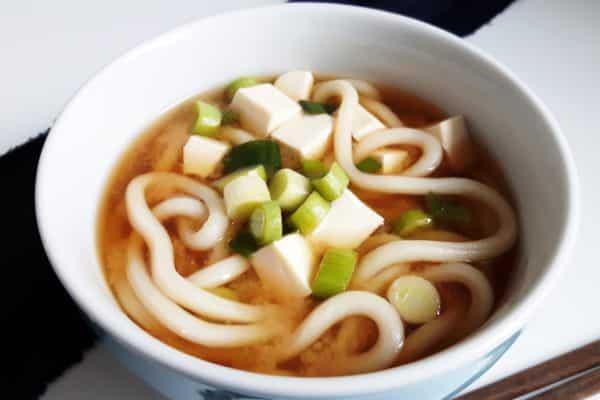 Miso Udon Suppe mit Tofu und Frühlingszwiebeln