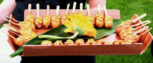 Japanische Mini Corn Dogs könnten ein Hit auf deiner nächsten Feier werden.