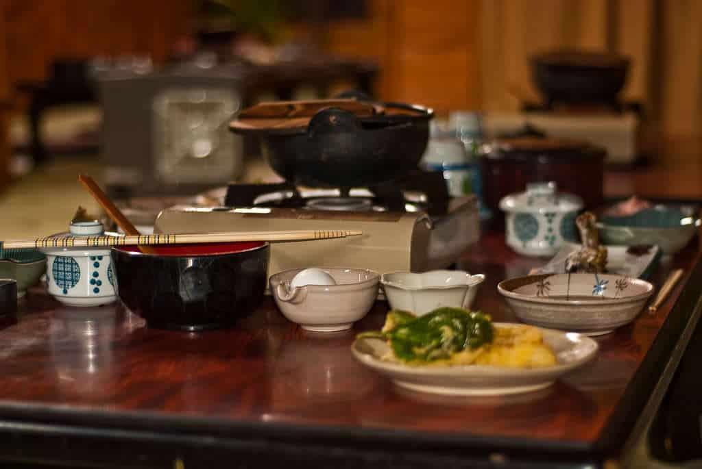 Japanische Küche: Vor allem in tradionellen Ryokan wird diese Art des Abendessens zelebriert.
