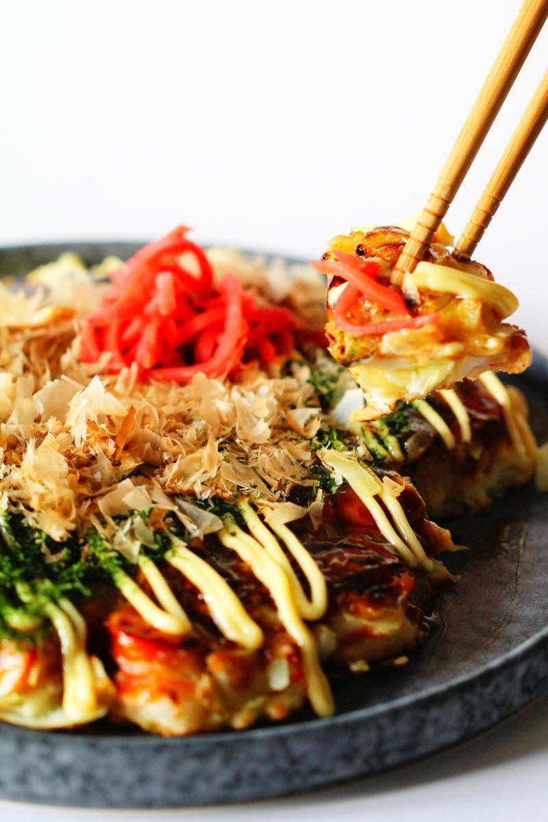Okonomiyaki mit Stäbchen