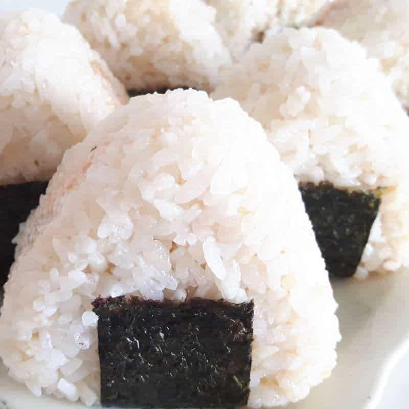Onigiri mit frischer Lachs-Mayonnaise-Füllung