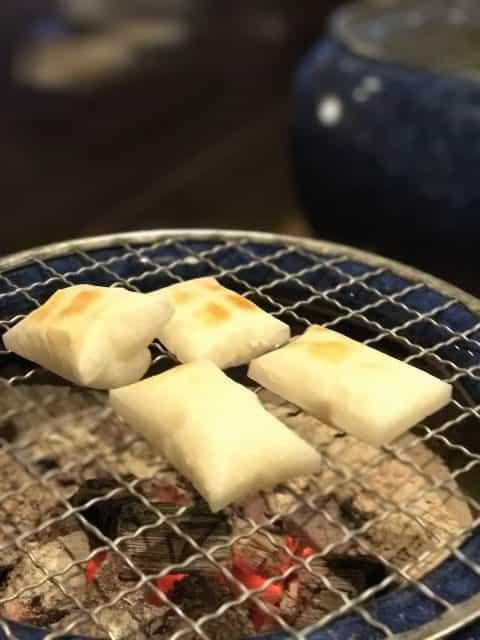 Über einem Grill oder Toaster mit Rost werden Kirimochi innen weich und außen knusprig.
