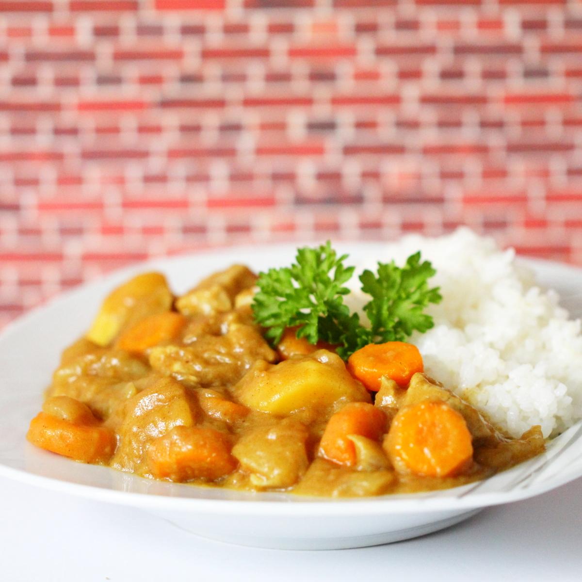 Japanisches Curry mit frisch gekochtem weißen Reis