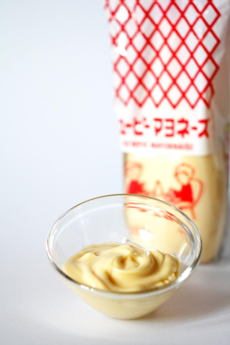 Japanische Mayonnaise als Sauce für Okonomiyaki