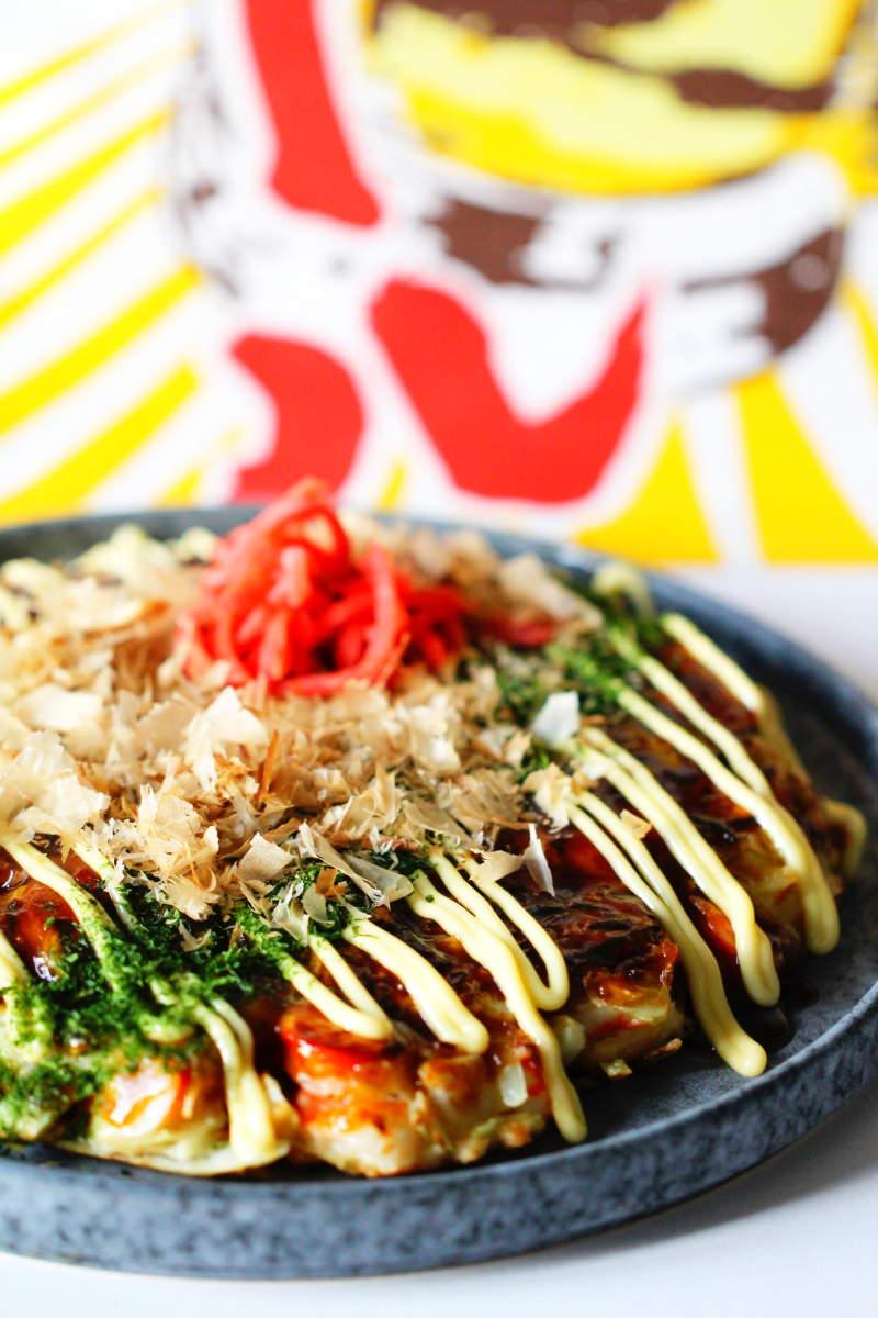 Okonomiyaki servieren