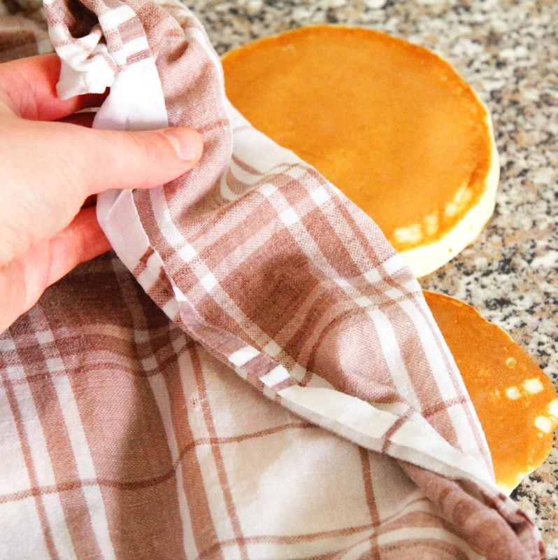 Dorayaki mit einem feuchten Handtuch abdecken