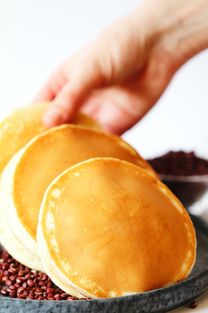 Dorayaki werden auf Teller gelegt
