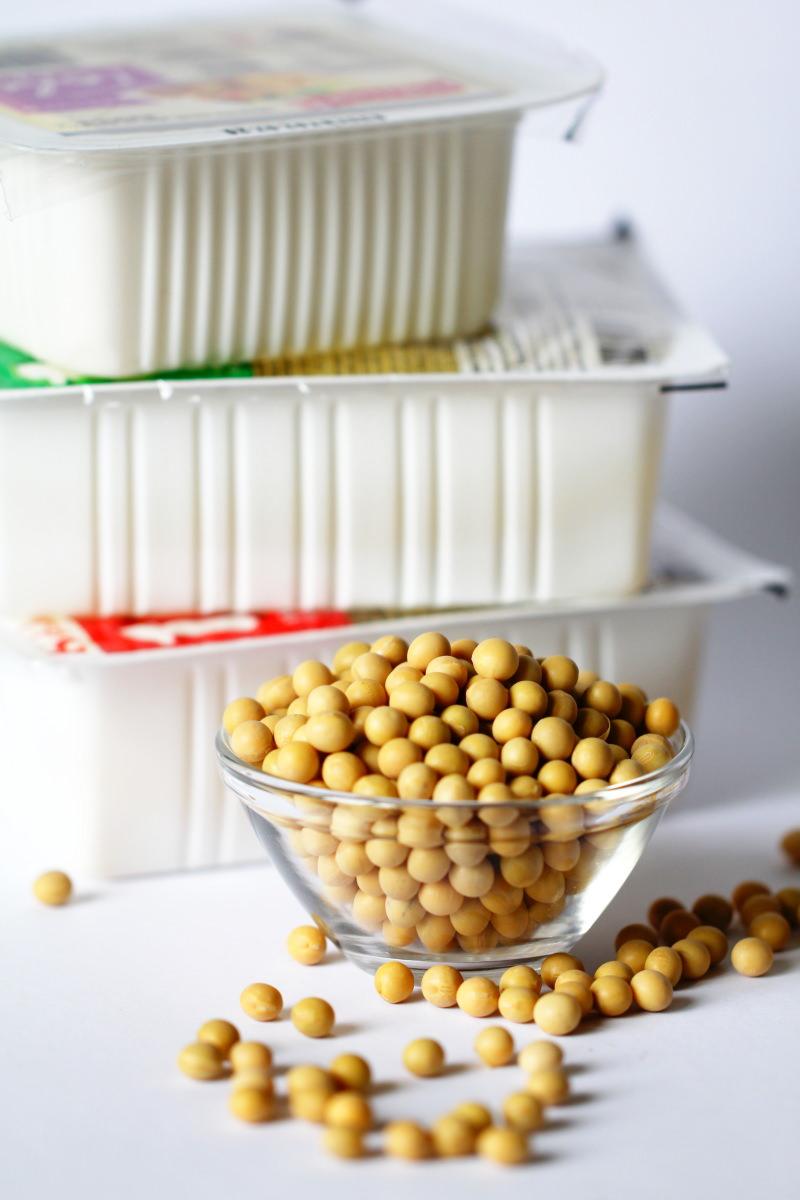 Tofublöcke mit Sojabohnen