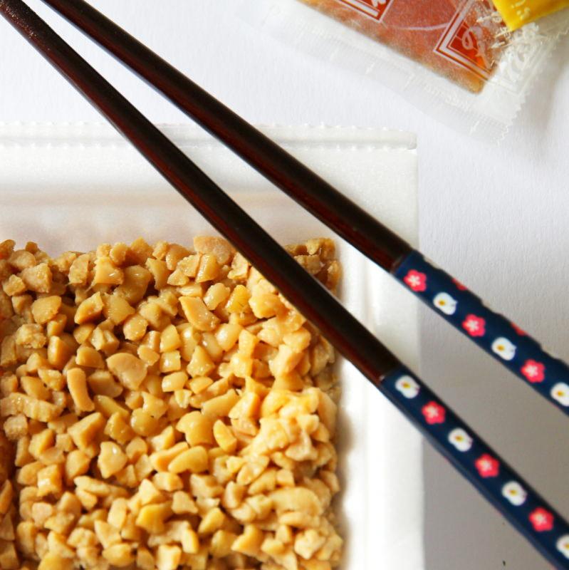 Natto in Verpackung mit Stäbchen