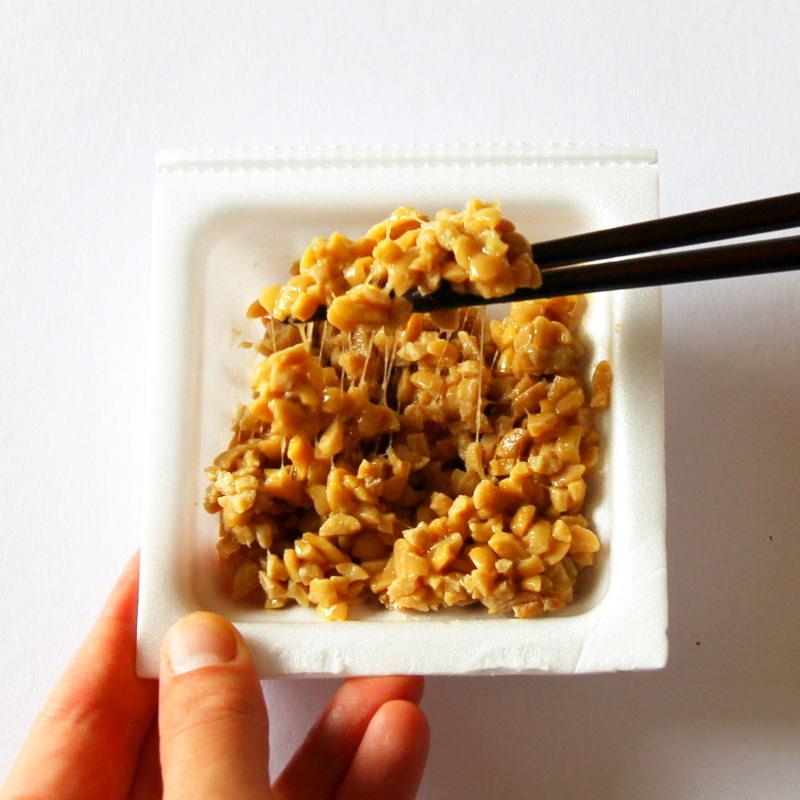 Natto mit Gewürzen vermischen