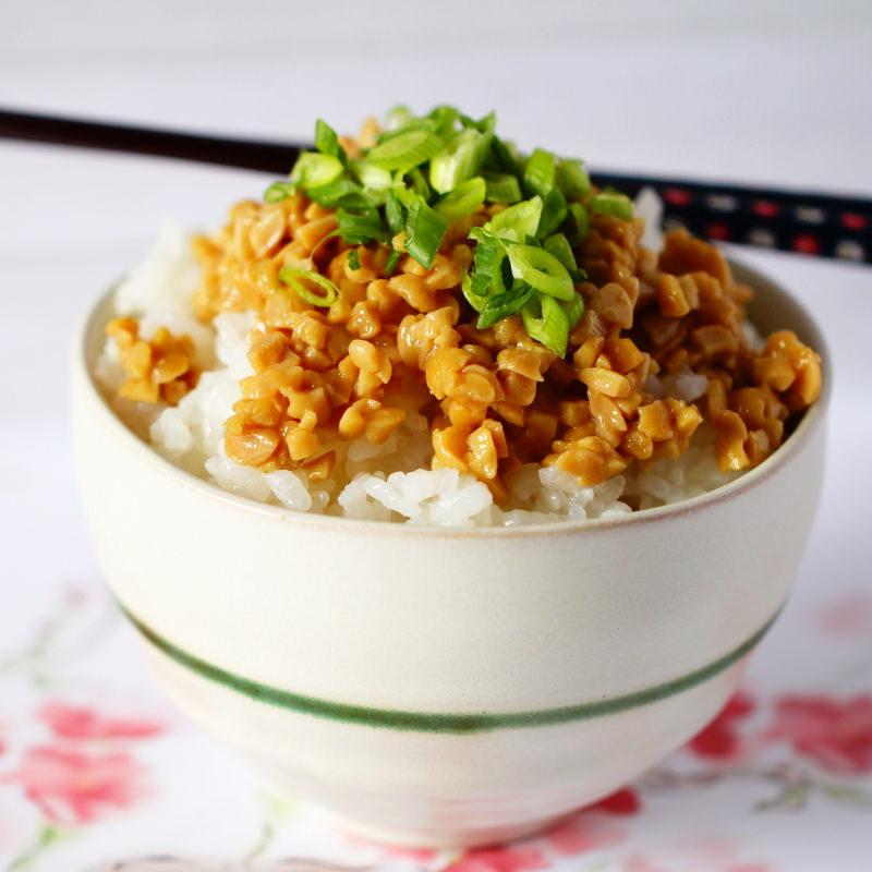 Natto mit Stäbchen