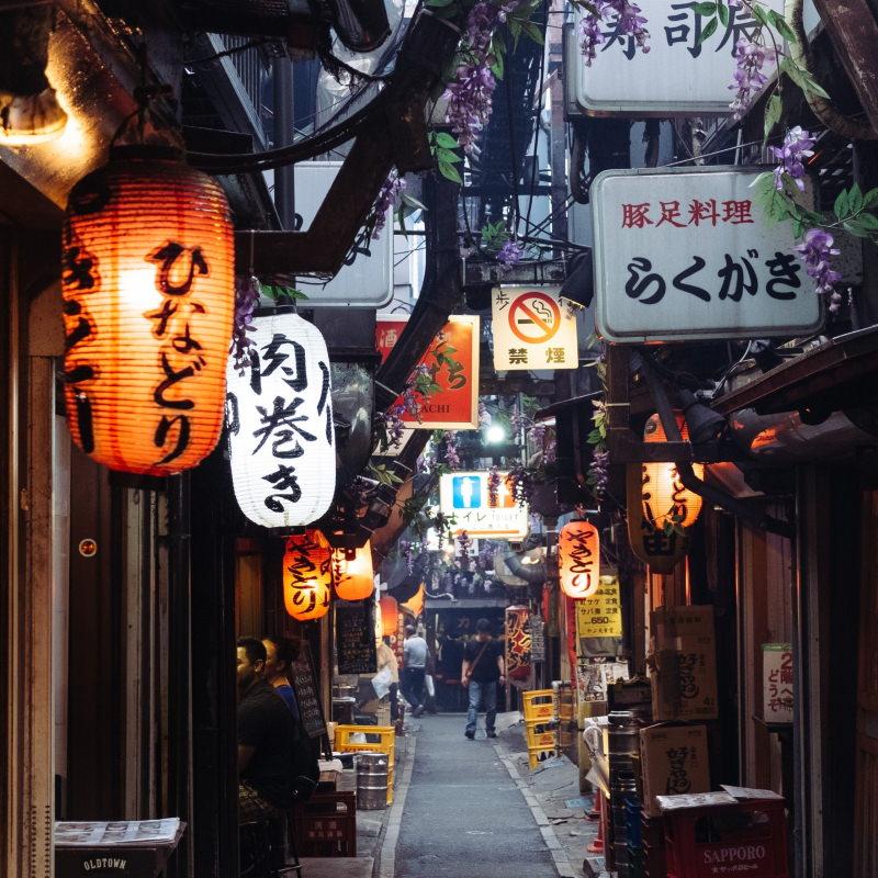 Zu sehen ist eine typisch japanische Kneipenstraße mitten in Japan.