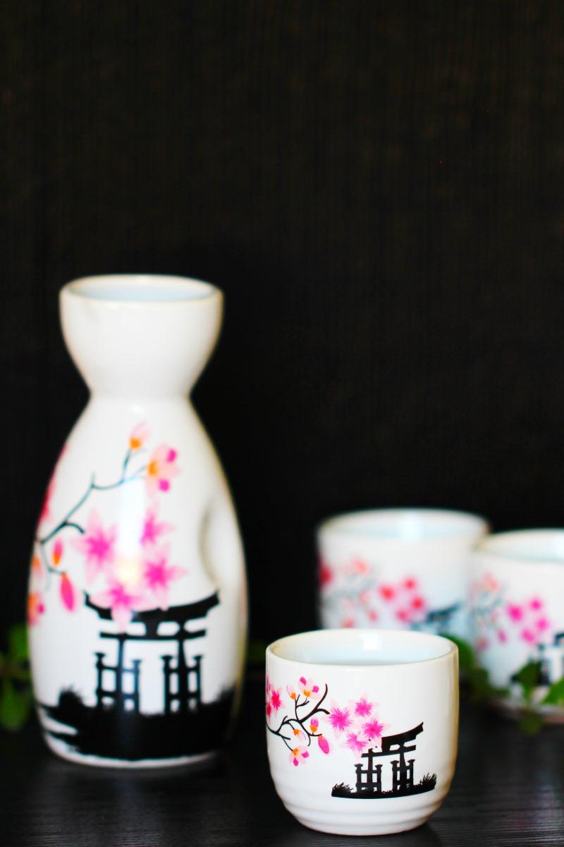 Zu sehen ist eine typisch japanische Karaffe für Nihonshu, zusammen mit einigen passenden Bechern.