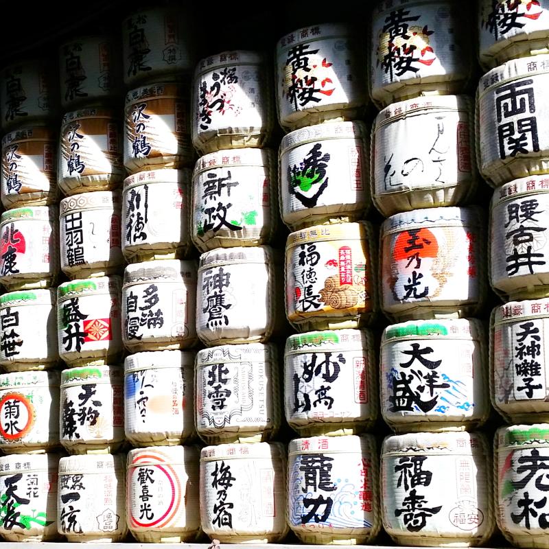 Zu sehen sind viele Sake Fässer mit aufwendiger VErzierung im Meiji Park, Tokyo.