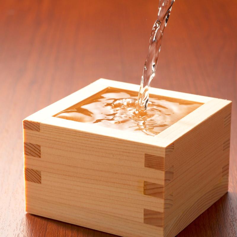 Zu sehen ist ein traditioneller Sake Becher aus Holz, auch als Masu bekannt.