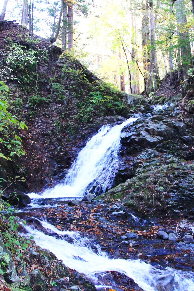 Wasser als wichtige Grundzutat für Sake, zu sehen ist ein Wasserfall in Nikko, Japan.