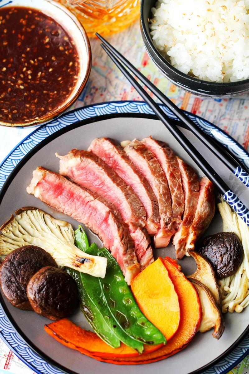 Teppanyaki Menü mit Reis, Grillsauce und Getränk.
