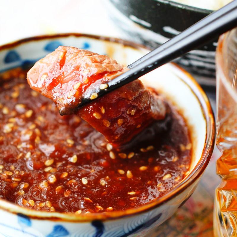 In die Teppanyaki Grillsauce wird das gegarte Fleisch getaucht.