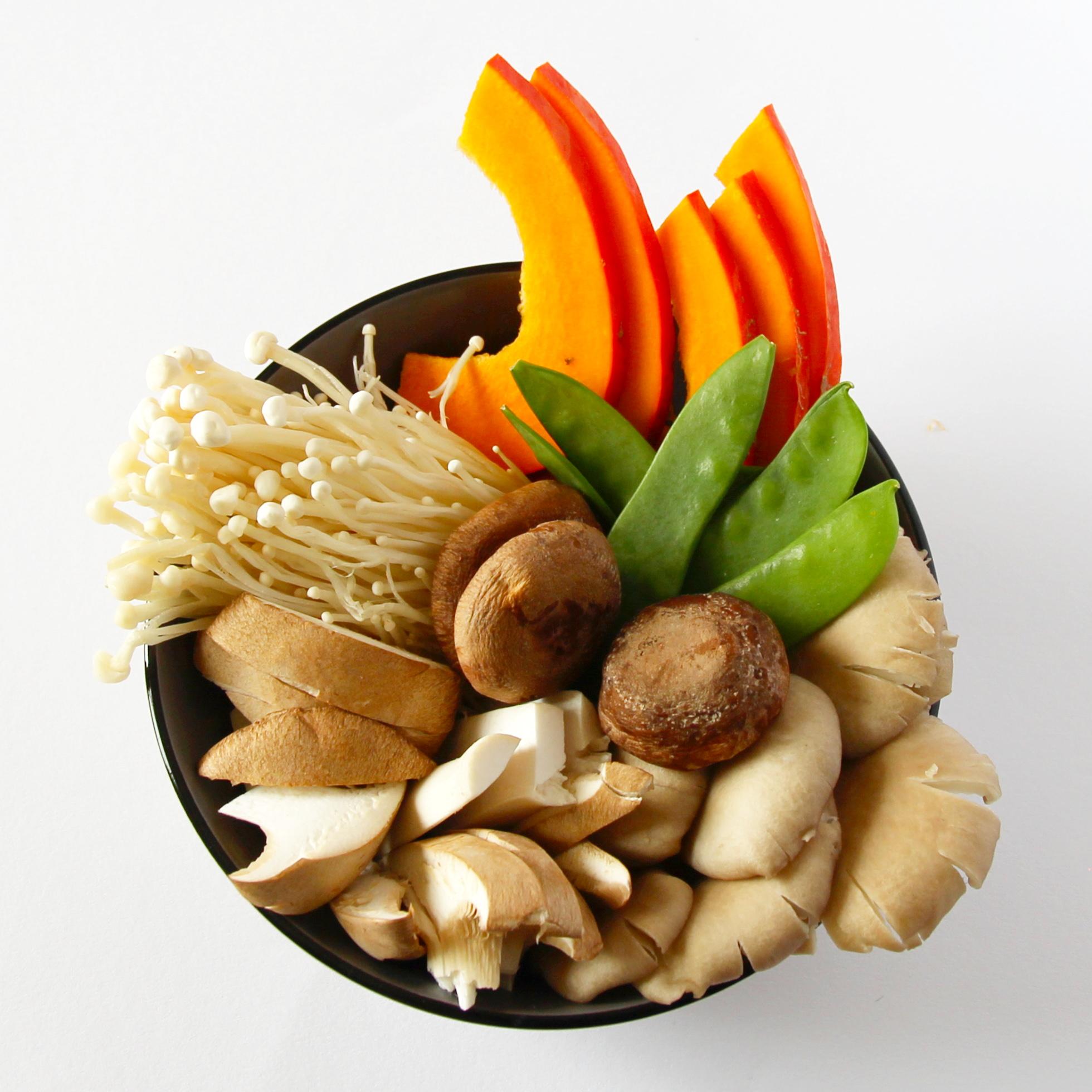 Pilze und Gemüse für den japanischen Tischgrill.