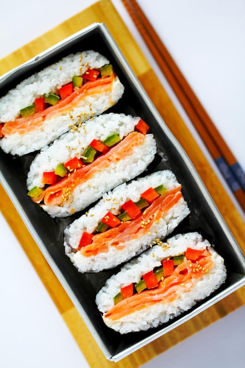 Onigirazu Sushi Sandwich Rezeptbild im schrägen Winkel