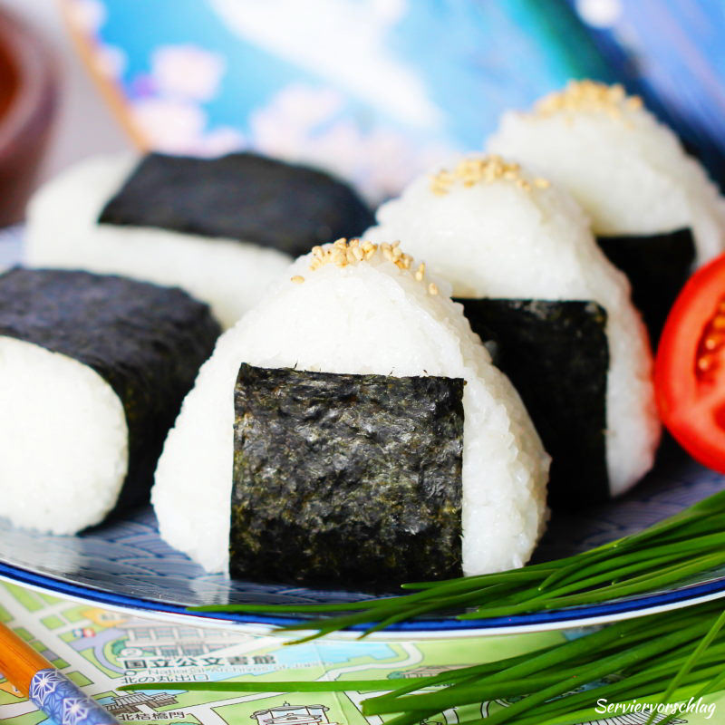 Serviervorschlag Onigiri mit Lachs