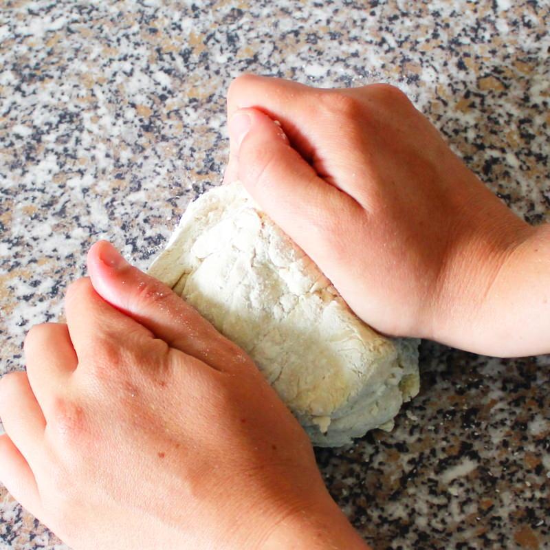 Ramen Nudeln selber machen Schritt 7 Teig flach drücken